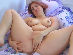 Hardcore babe Heather is penetrating her pussy