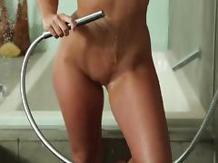Lovely Aryka Lynne shows her nude body in the shower