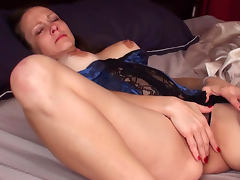 Skillful mature woman Sydney Johnson is playing with her pussy