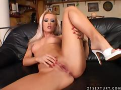 Sophie Moone rubs her clit and drills her vag with a dildo