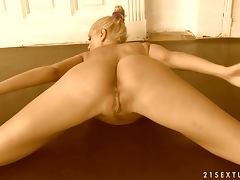 Flexible blonde Sandy shows off her perfect butt and hot pussy