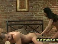 Tranny anally fucks muscle guy in bed