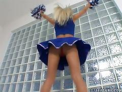 Cheerleader's fancy solo show in the locker room