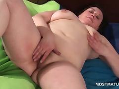 Naked chubby mature slut rubbing her fat pussy in bed