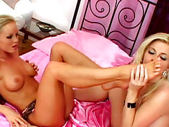 Bobbi Eden is sucking feet of Silvia Saint