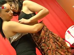 Two horny brunette girls in great fisting video