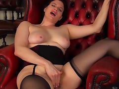 Curvy brunette Brianna Green masturbates her puss tube porn video