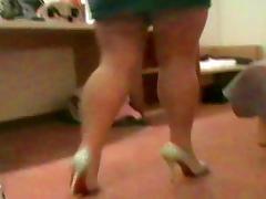 Nutten-Outfit im Hotel - Nylons und Heels