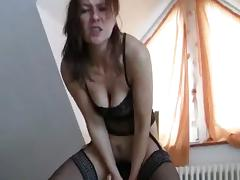 Milf with loose cunt inserts huge toys