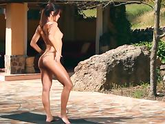 Horny model is doing fitness naked outdoors tube porn video