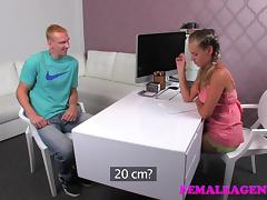 FemaleAgent: Gentle ginat makes female agent weak within reach the knees