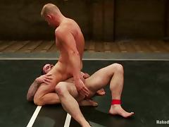 Two freestyle wrestlers rides each others dicks on the mat