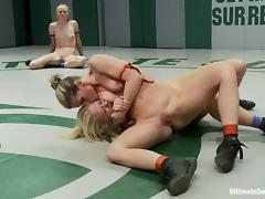 Four nude sluts enjoy fighting with each other on tatami tube porn video