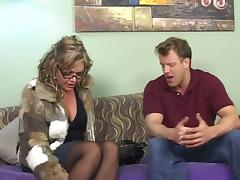 This cougar is fucking doggystyle and she is also sucking a real good dick, girl has got some skills