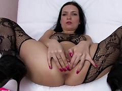 Assy brunette poses very sexy on the cam