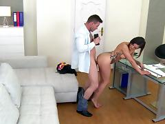 Natural-tit brunette Alice Axx suck a dick