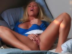 Babe blonde Nicole Aniston fingers her puss