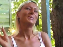 Pornostar Ramona Deluxe raucht sexy eine Zigarette