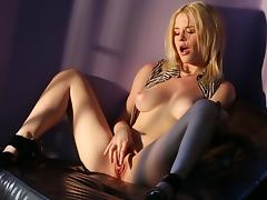 Beauty blonde Catie Parker pokes her snatch