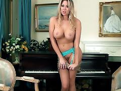 Glorious Lexi Lowe Fingers Her Own Pussy Sitting Over A Piano tube porn video
