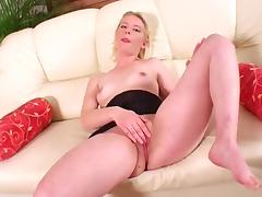 Alice plays with her pink pussy on the couch