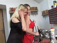 Two lesbians Bella Baby and Kelly Candy dildo each other's twats