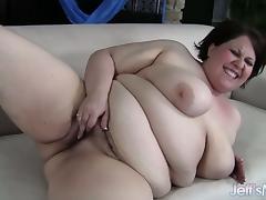 Fresh-faced BBW Khloe Kanyon masterbates until she orgasms