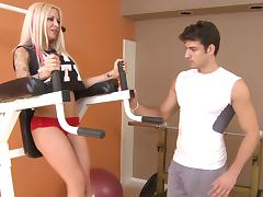 Blonde bombshell Helly Hellfire gives a perfect blowjob in a gym porn tube video