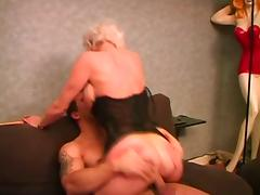 Mature woman takes it in her pierced pussy