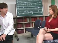 A teacher gives a MILF a music lesson with his dick